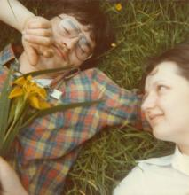 Photo un couple dans l'herbe
